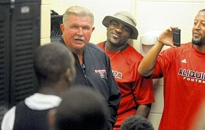 Mike Ditka huddles with the Quips of his alma mater